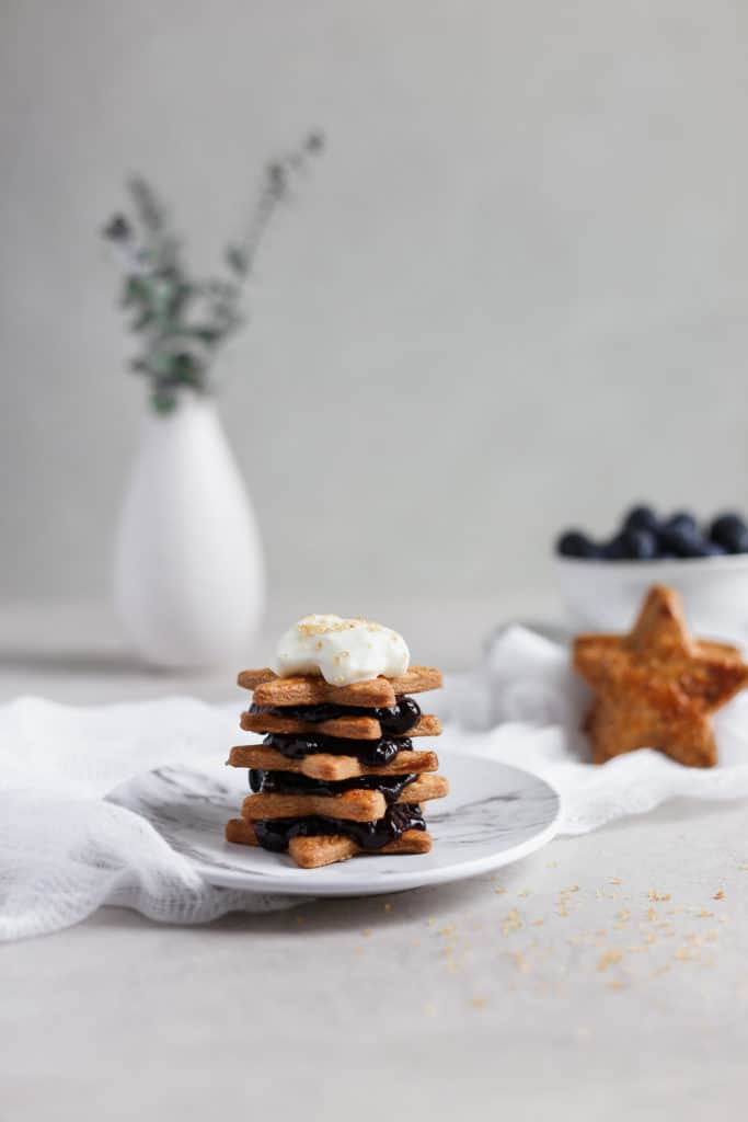 Blueberry pie, deconstructed! This is a great Memorial Day recipe that even your kids can help make. Star cookies made from pie dough stacked with delicious homemade blueberry pie filling. #blueberrypie #deconstructed #memorialday frostingandfettuccine.com