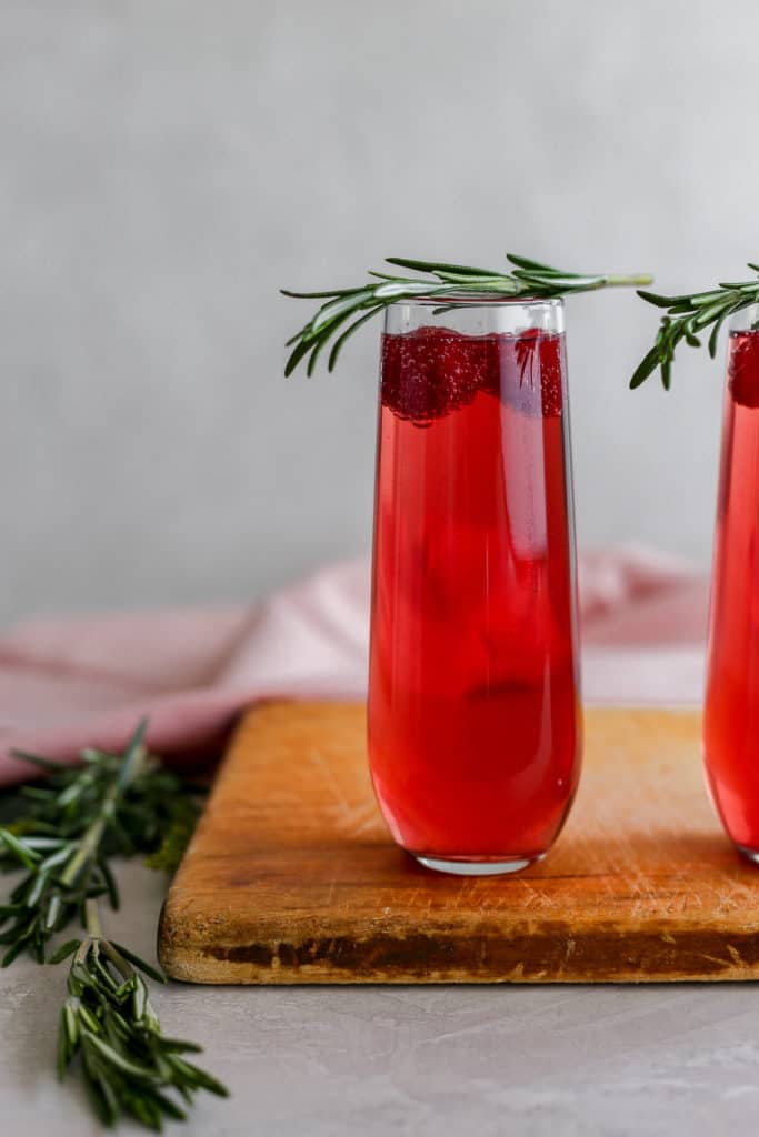 """You're the reason mom drinks anyways so make her these 2 ingredient cranberry raspberry """"Momosas""""! #mothersday #mimosa #momosa #cocktails frostingandfettuccine.com"""