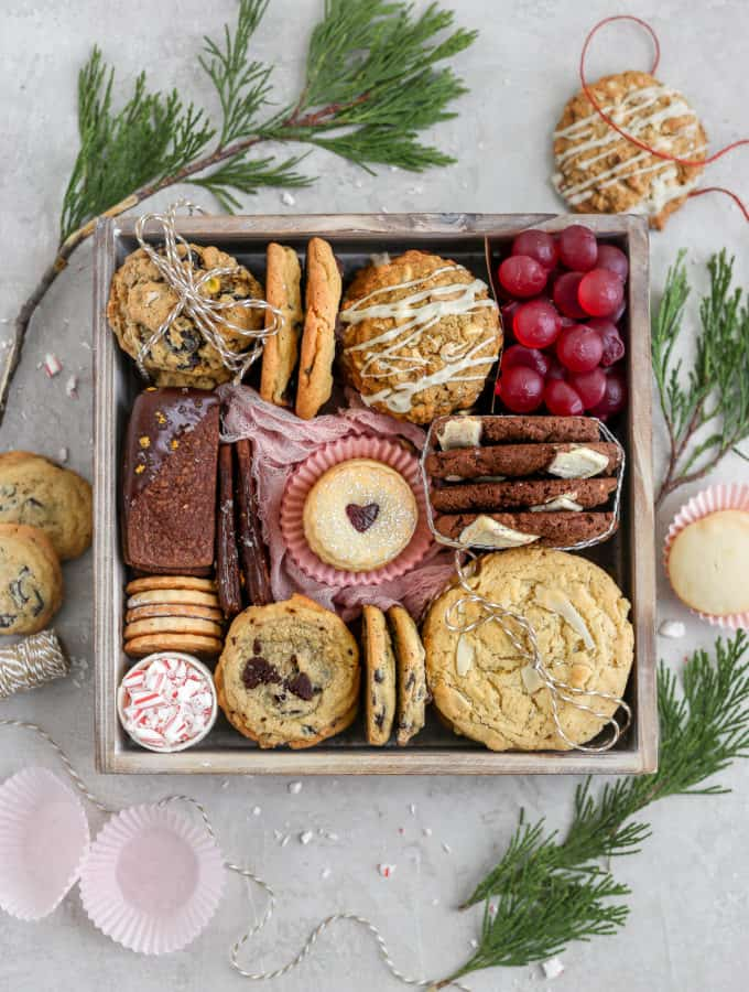 7 kinds of cookies arranged in a cookie gift box.